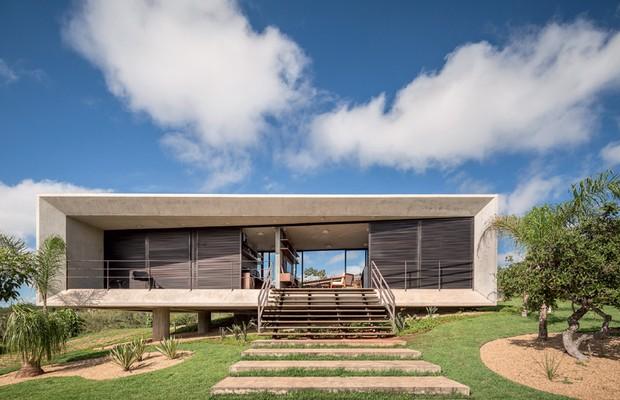 Casa modernista, com pilotis e concreto.
