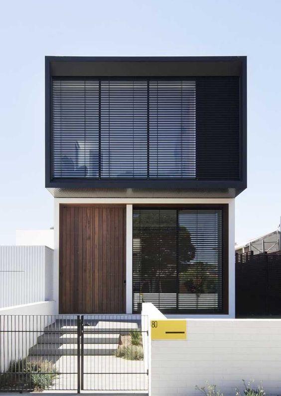 Casa cubo com caixilhos preto e linhas retas.