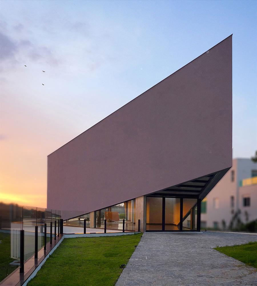 A marcante angulação dessa fachada é destaque arquitetônico.