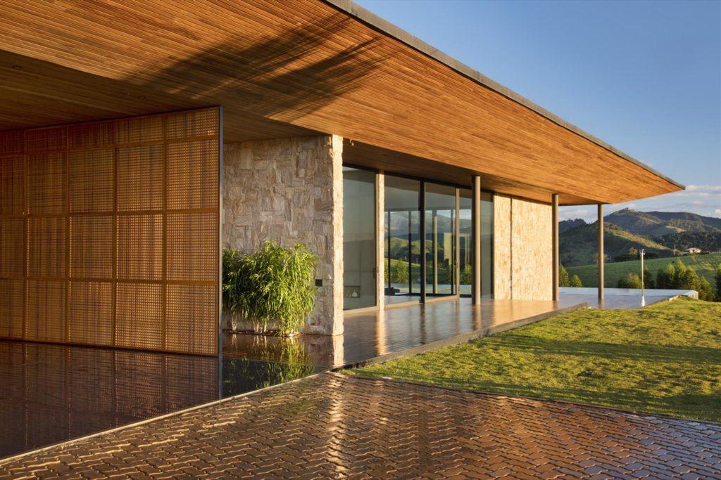 Madeira se faz presente nessa casa com uma vista estonteante.