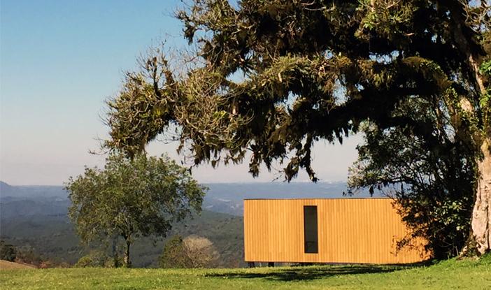 Fachada térrea onde a madeira é o grande diferencial.