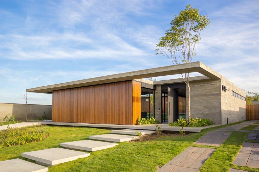 Fachada térrea que mistura madeira e concreto.