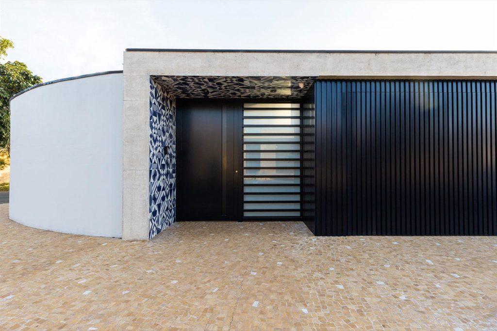 Fachada de casa: Estampa formada por ladrilhos hidráulicos em azul.