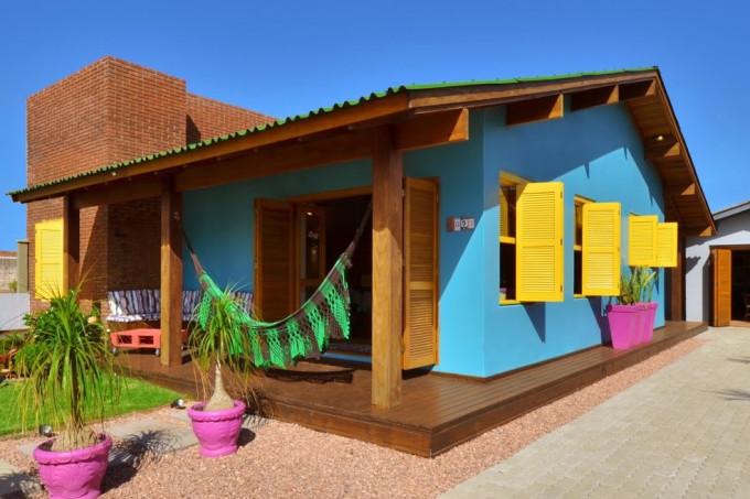 Fachada da casa foi escolhida em azul com janelas amarelas.
