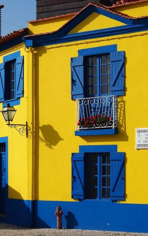 Fachada de casa: Casa amarela