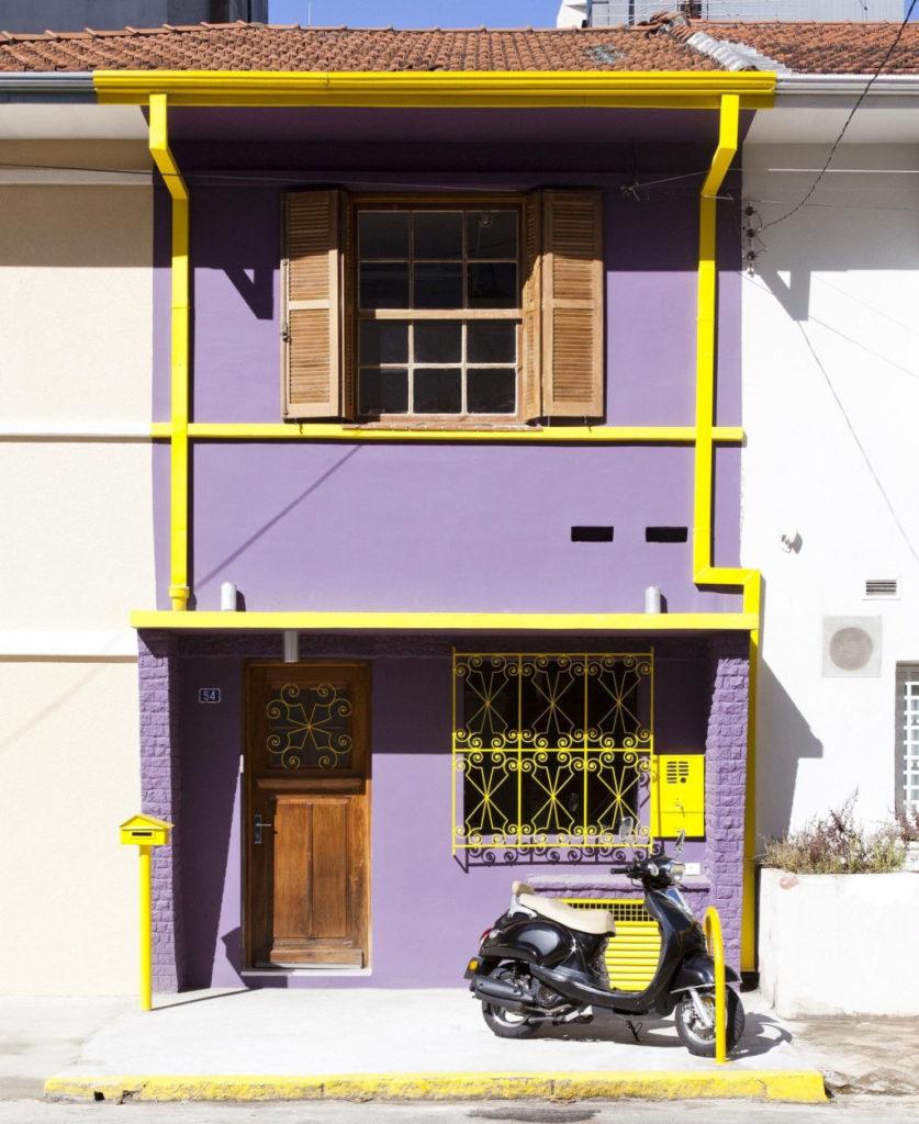 Fachadas de casas com cores nas paredes: Lilás chama atenção na frente desse sobrado.