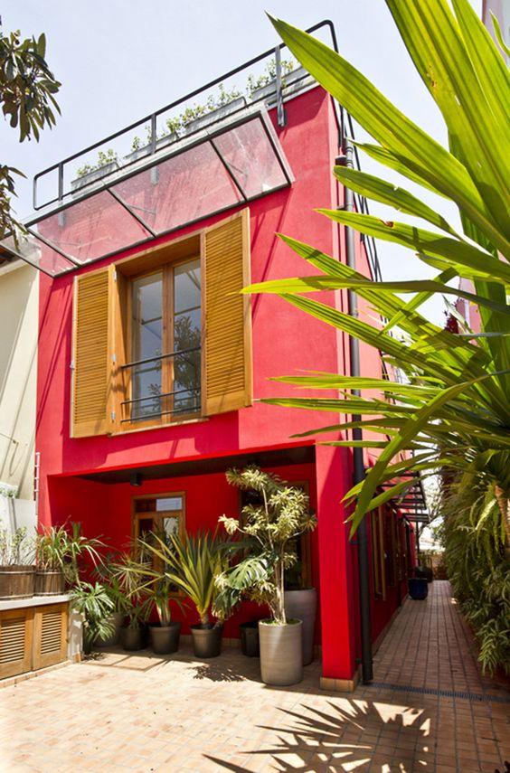 Fachada de casa: Vermelho-queimado foi a escolha para essa fachada.