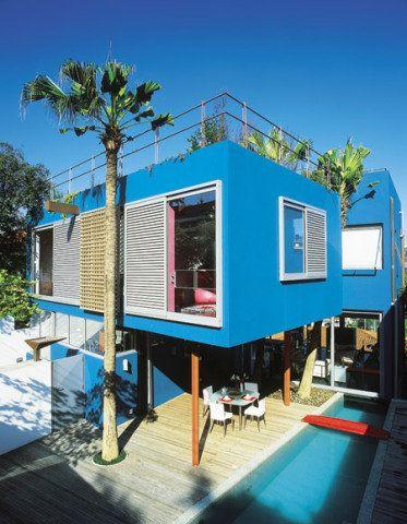 Fachada de casa em azul-celeste.