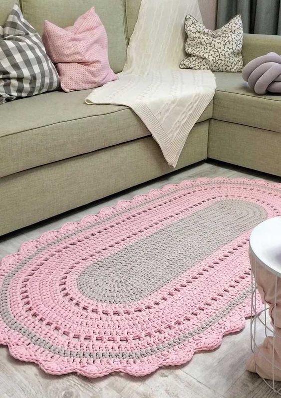 Tapete de barbante em formato oval em cinza e rosa.