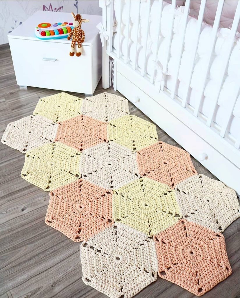 Tapete em formato hexagonal.