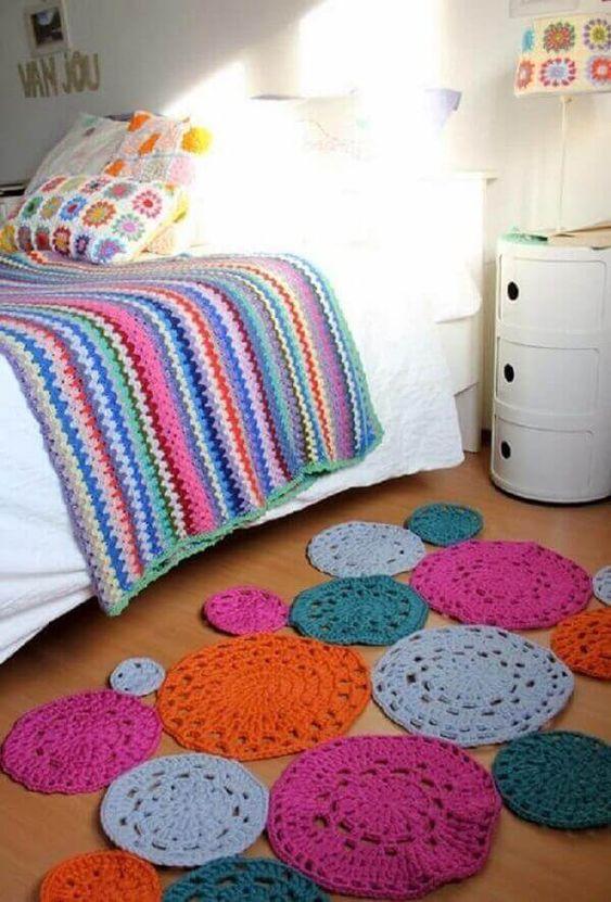 Tapete composto por discos de barbante coloridos.