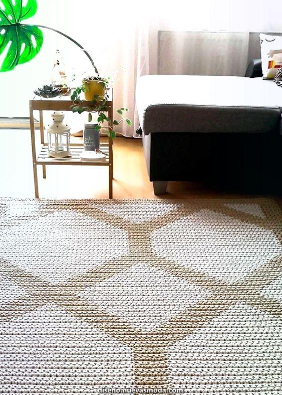 Tapete de barbante quadrado com estampa geométrica.
