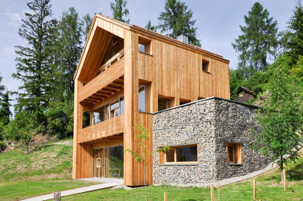 Casa de madeira com três andares.