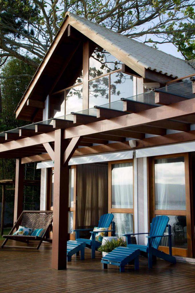 Casa com estrutura de madeira na varanda.