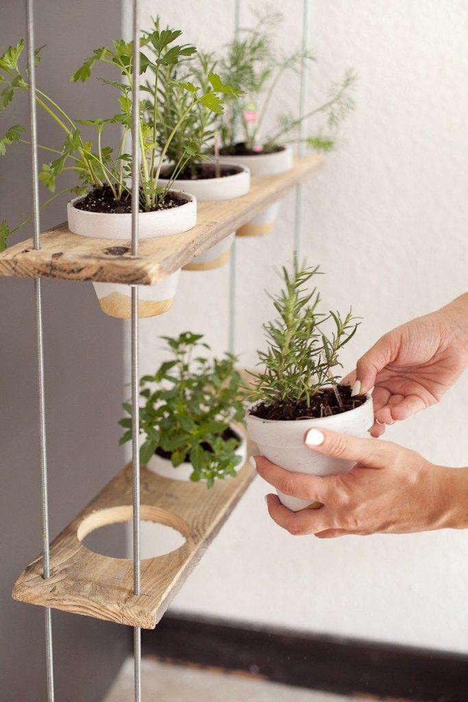 Prateleira com suporte para vasos de planta.