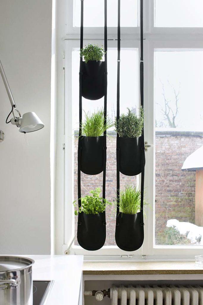 Horta vertical usada de maneira criativa.