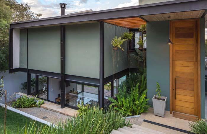 Modelo de casa moderna, com vigas de metal aparente.
