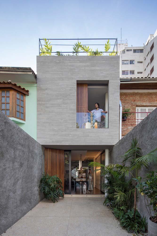 Casa de dois andares com terraço.