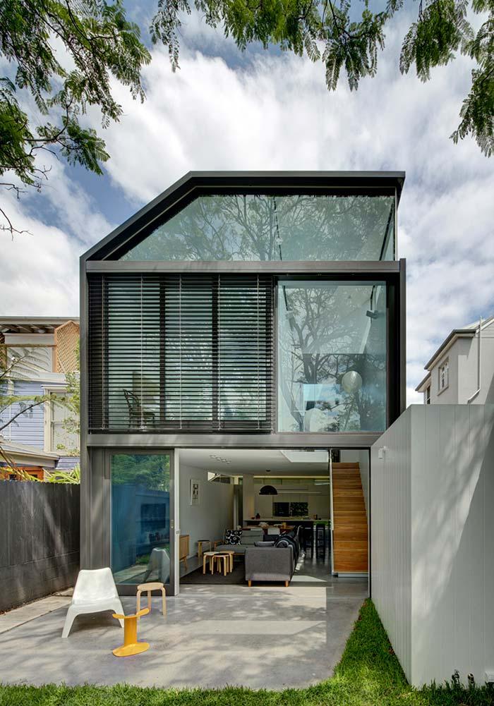 Modelo de casa moderna com vidro e metal na fachada.