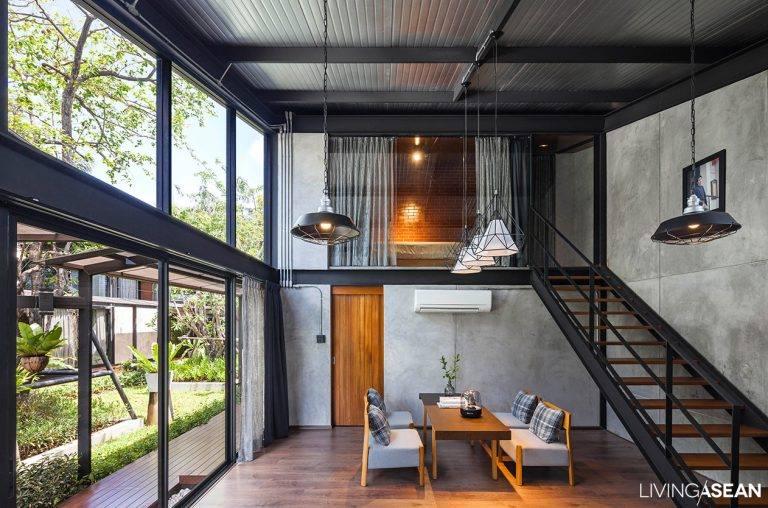 Interior de casa moderna, com estrutura de metal.