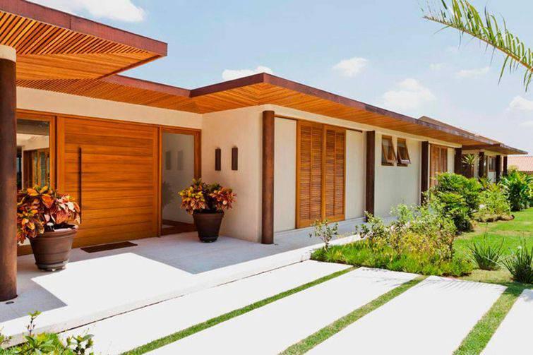 Casa de um andar com portas e telhados de madeira.