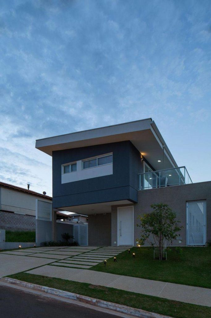 Casa de alvenaria, com arquitetura diferenciada e fachada cinza.