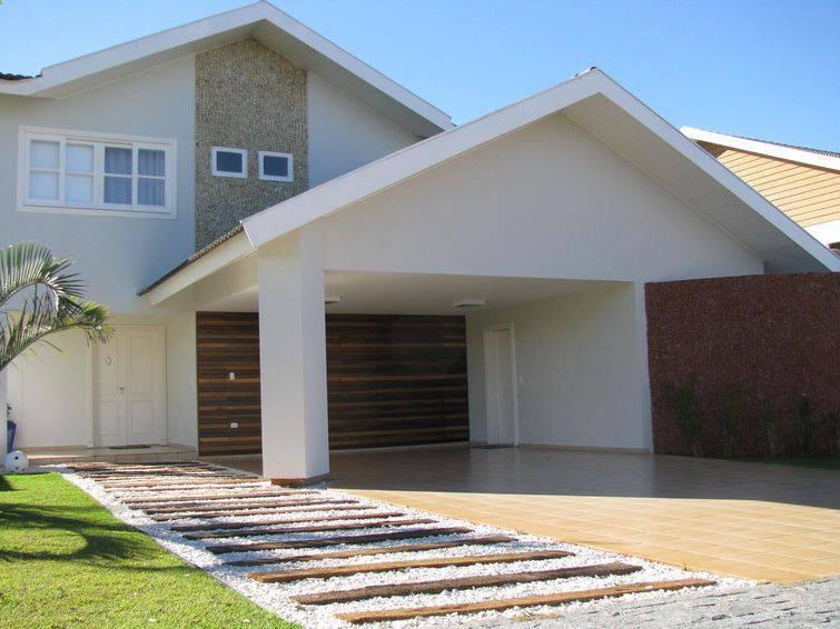 Modelo de casa de dois andares com arquitetura mais tradicional.