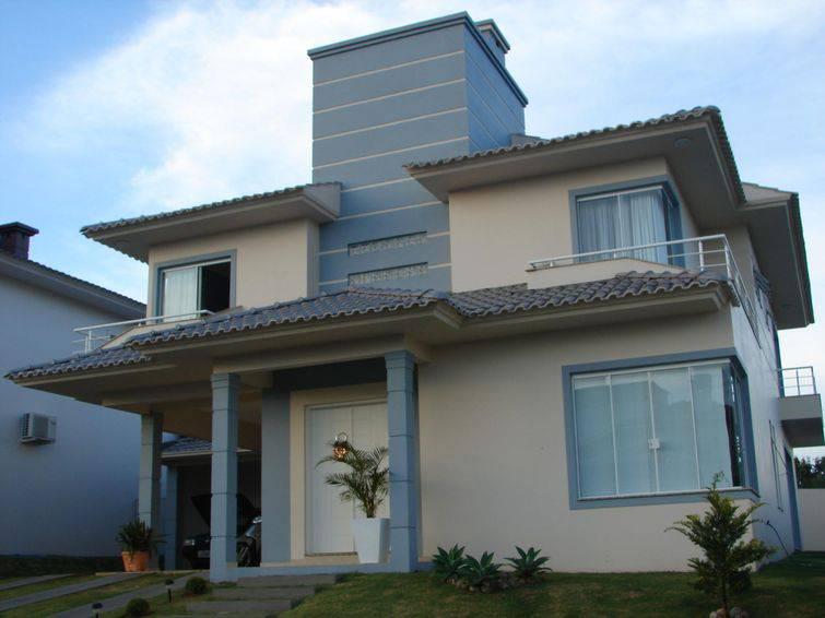 Casa de dois andares, com fachada bege e cinza,