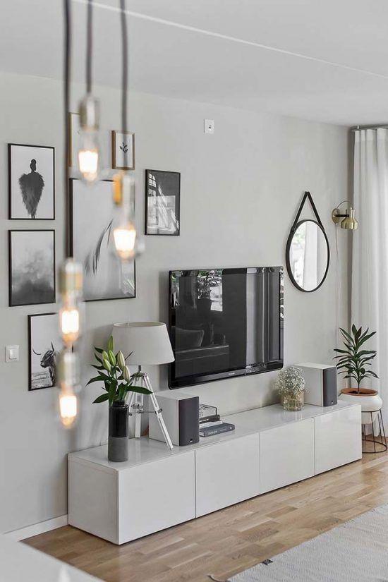 Sala decorada com luminária pendente moderna.