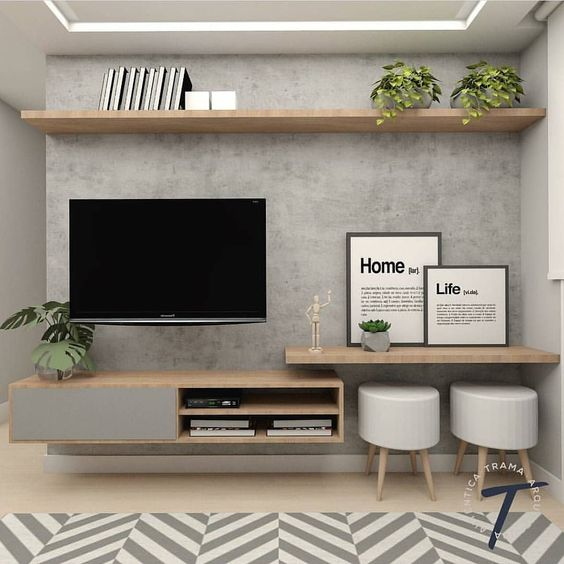 estante de madeira clara, decorada com quadros e plantas em uma parede cinza.