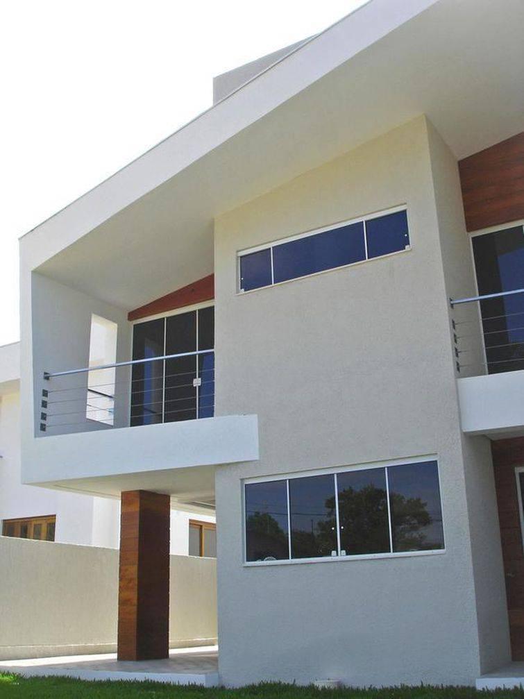 Casa com formato diferenciado na fachada.