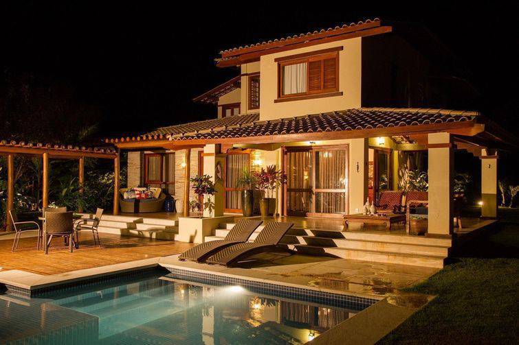 Casa de dois andares com piscina