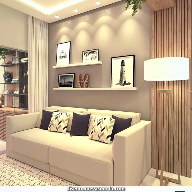Sala decorada com detalhe em linhas verticais de madeira na parede