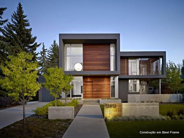 Casa moderna, com duas estruturas metálcas;