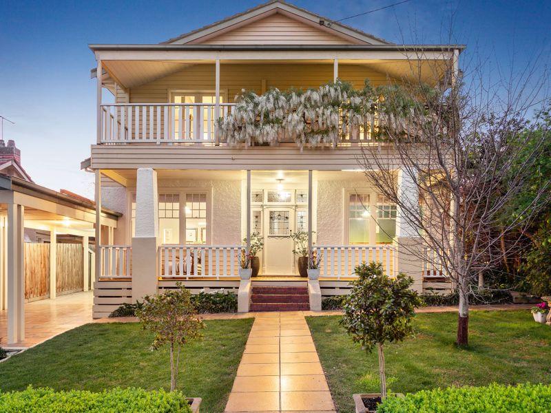 Casa com dois andares e varanda em ambos os pavimentos.