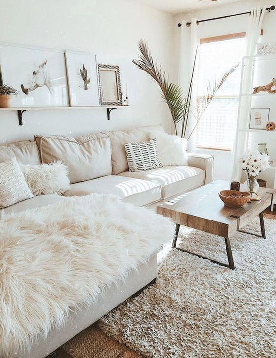 Sala decorada com manta de pelos em cima do sofá.