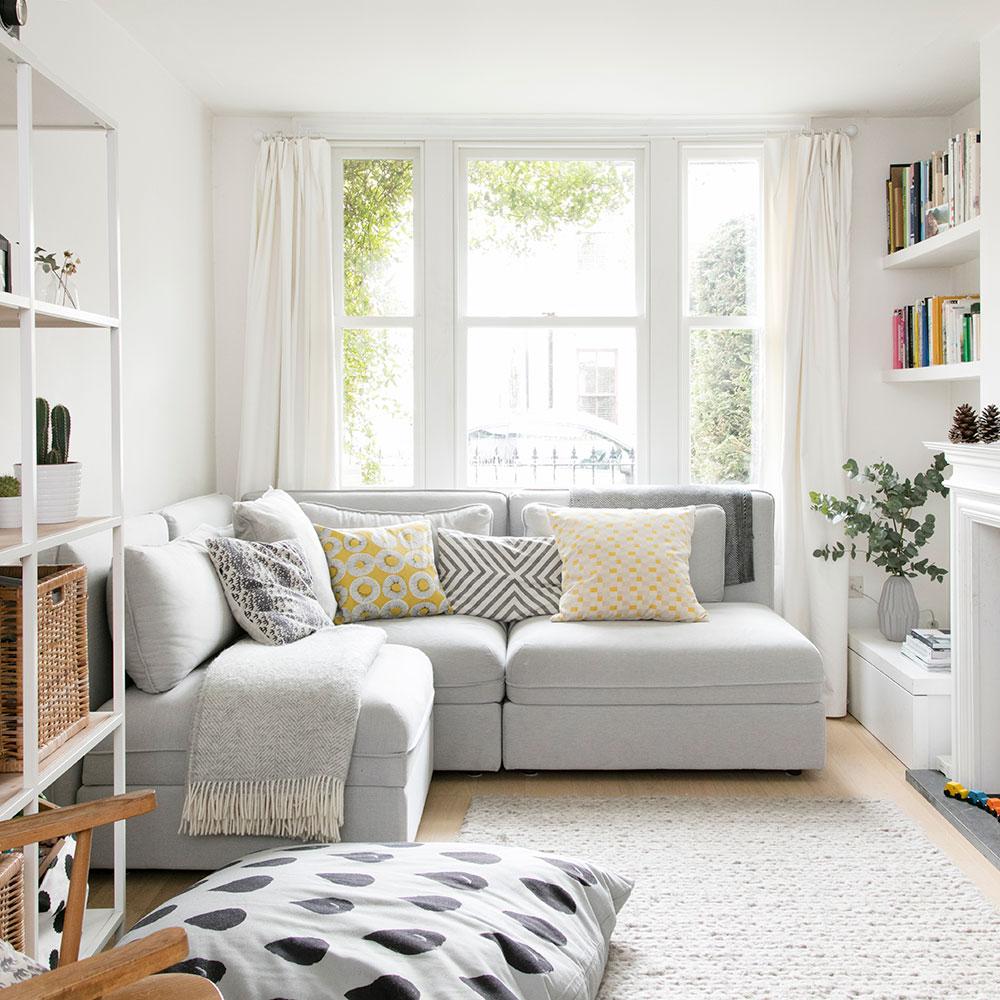Sala minimalista, com janela grande e bem iluminada.