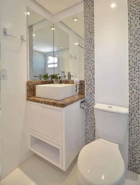 Marcenaria otimiza espaço no banheiro.