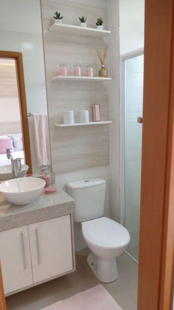 Prateleiras contribuem para o visual de banheiros modernos.