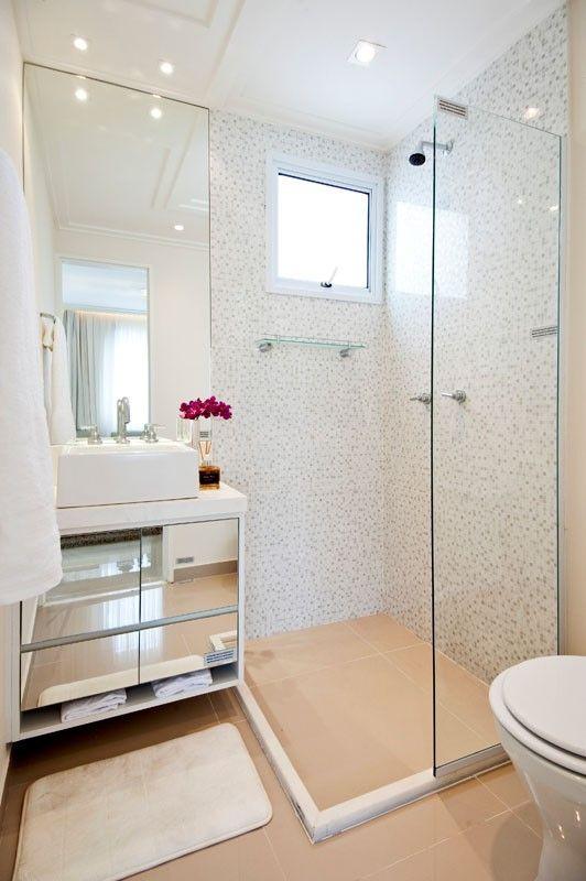 Armário espelhado e cuba de apoio são destaque no banheiro