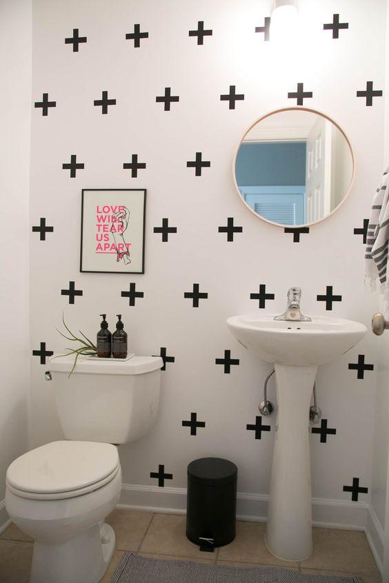O banheiro traz estampa na parede deixando o visual mais barato.