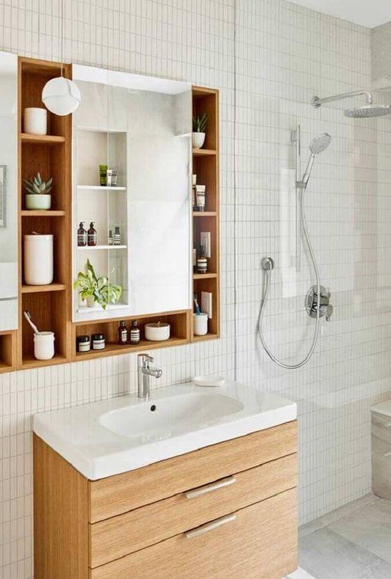 Banheiros modernos com nichos aumentam o espaço de armazenamento em áreas pequenas.