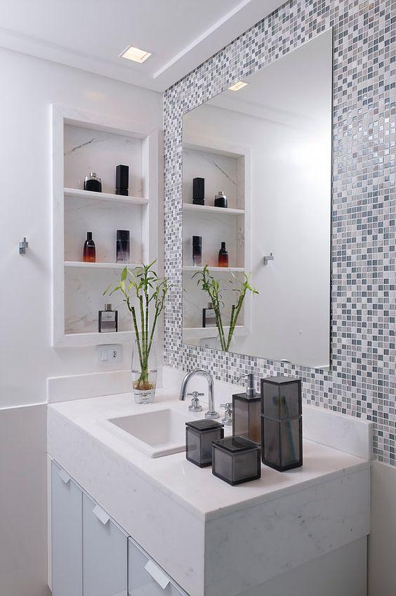 Banheiros modernos e com nichos criativos.