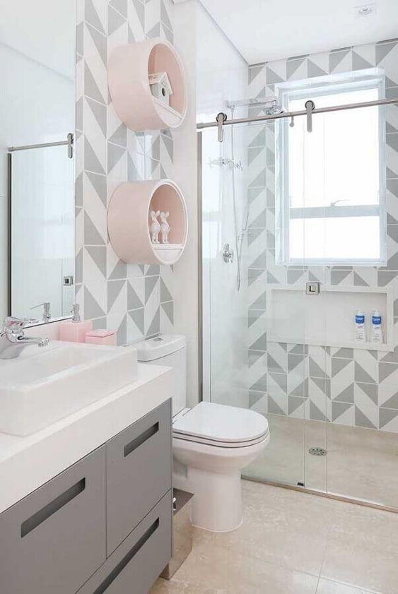 Nichos redondos são perfeitos para banheiros modernos.