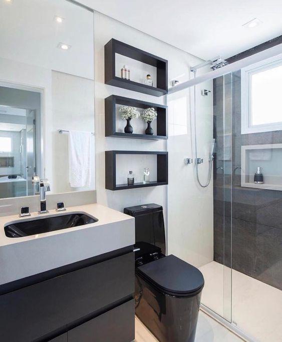 Branco e preto é destaque neste banheiro.
