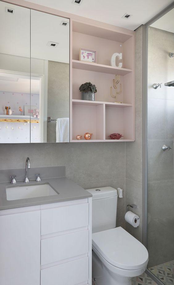 Nichos cor-de-rosa deixam o banheiro mais moderninho.