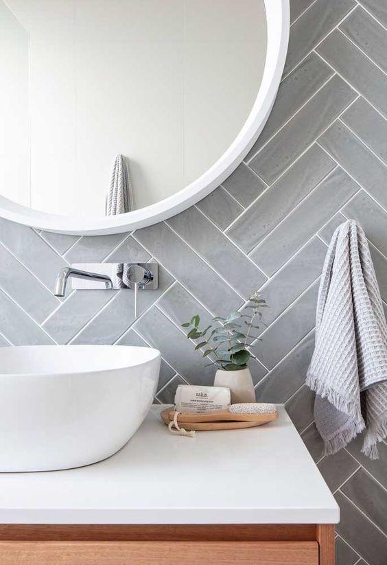 Banheiros modernos trazem paginações diferenciadas.