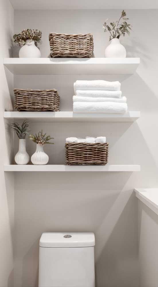 Prateleira branca em banheiros modernos.