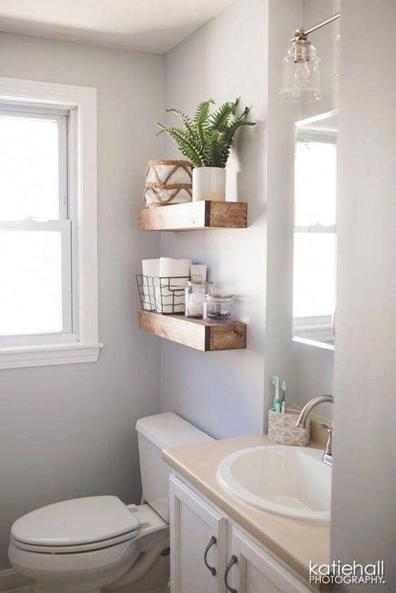 Madeira rústica em banheiro moderno.
