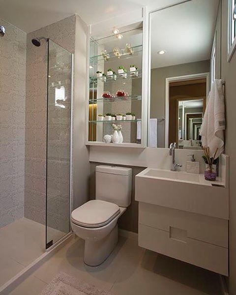 Mix de elementos: vidro e espelho são destaques em banheiros modernos.